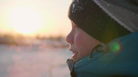 Un adolescente en primer sonriente de la cara del parque del invierno La época de la puesta del sol El caminar en el aire abierto Imágenes de archivo libres de regalías