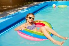 Un adolescente en un anillo en el agua en la piscina Fotografía de archivo