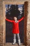 Un adolescente en un edificio árabe abandonado antiguo Imagen de archivo