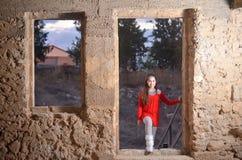 Un adolescente en un edificio árabe abandonado antiguo Foto de archivo