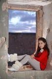 Un adolescente en un edificio árabe abandonado antiguo Imagen de archivo libre de regalías