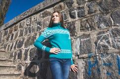 Un adolescente en un suéter azul Imagen de archivo