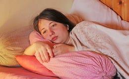 Un adolescente enfermo miente en cama Fotografía de archivo libre de regalías