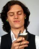 Un adolescente escucha la música Fotos de archivo