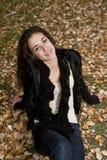 Adolescente que miente en la hierba Fotos de archivo libres de regalías