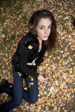 Adolescente que miente en la hierba Foto de archivo libre de regalías
