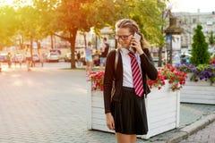 Un adolescente - estudiante de la High School secundaria en hablar de la calle de la ciudad Imagenes de archivo