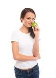 Un adolescente feliz que sostiene una manzana verde fresca Imágenes de archivo libres de regalías