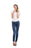 Un adolescente feliz que sostiene una manzana verde fresca Foto de archivo libre de regalías