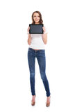 Un adolescente feliz que sostiene una tableta Fotografía de archivo libre de regalías