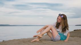 Un adolescente hermoso con el pelo marrón afuera en un día de verano hermoso Imagen de archivo