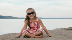 Un adolescente hermoso con el pelo marrón afuera en un día de verano hermoso Imagenes de archivo
