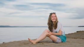 Un adolescente hermoso con el pelo marrón afuera en un día de verano hermoso Imagen de archivo libre de regalías