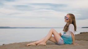 Un adolescente hermoso con el pelo marrón afuera en un día de verano hermoso Fotografía de archivo