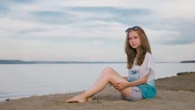 Un adolescente hermoso con el pelo marrón afuera en un día de verano hermoso Fotos de archivo libres de regalías