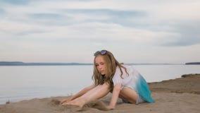 Un adolescente hermoso con el pelo marrón afuera en un día de verano hermoso Fotos de archivo