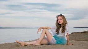 Un adolescente hermoso con el pelo marrón afuera en un día de verano hermoso Imágenes de archivo libres de regalías