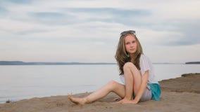 Un adolescente hermoso con el pelo marrón afuera en un día de verano hermoso Foto de archivo libre de regalías