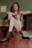 Un adolescente hermoso y un dispositivo de los sonidos Foto de archivo