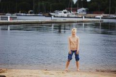 Un adolescente joven hermoso en la playa Imágenes de archivo libres de regalías