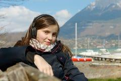 Un adolescente joven que escucha la música en su teléfono Imagenes de archivo