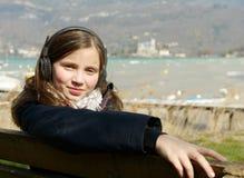 Un adolescente joven que escucha la música en su teléfono Imagen de archivo