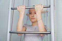 Un adolescente levanta Foto de archivo