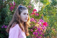 Un adolescente pensativo en un campo colorido Fotos de archivo