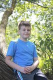 Un adolescente presenta para un fotógrafo mientras que camina en el parque Imagen de archivo