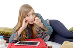 Un adolescente que come el yogur Foto de archivo