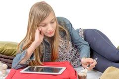Un adolescente que come el yogur Fotografía de archivo