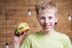 Un adolescente que come un bocadillo Imágenes de archivo libres de regalías