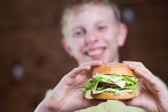 Un adolescente que come un bocadillo Fotos de archivo libres de regalías