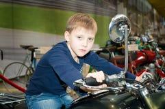 Un adolescente que conduce una motocicleta Fotografía de archivo