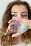 Un adolescente que cubrirá la parte de la cara con un pintado a mano Imágenes de archivo libres de regalías