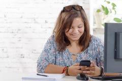 Un adolescente que juega con el teléfono Imagen de archivo libre de regalías