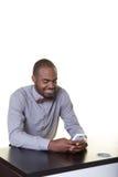 Un adolescente que mira su teléfono celular Imágenes de archivo libres de regalías