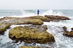 Un adolescente que piensa y que comtempla el océano Imagen de archivo libre de regalías