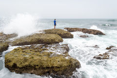 Un adolescente que piensa y que comtempla el océano Foto de archivo