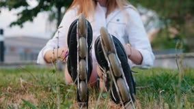 Un adolescente que pone en ella patina sobre ruedas y se levanta metrajes