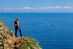 Un adolescente que se coloca en la orilla del lago Baikal Fotos de archivo