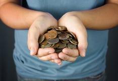 Un adolescente que sostiene un puñado de monedas Imagenes de archivo