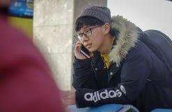 Un adolescente que toma en el teléfono móvil Fotos de archivo