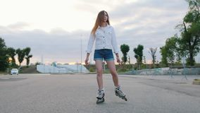 Un adolescente tímido adentro patina sobre ruedas el patinaje en el parque almacen de metraje de vídeo