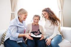 Un adolescente, una madre y una abuela con las gafas de VR en casa Fotos de archivo libres de regalías