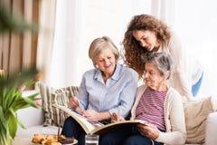 Un adolescente, una madre y una abuela en casa Fotos de archivo libres de regalías