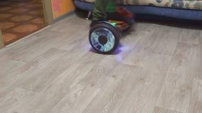 Un adolescente utilizza il hoverboard nella sua aula magna video d archivio