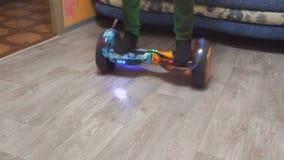 Un adolescente utilizza il hoverboard nella sua aula magna archivi video