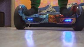 Un adolescente utilizza il hoverboard nella sua aula magna stock footage