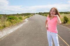 Un adolescente viaja descalzo en un camino vacío Fotos de archivo libres de regalías